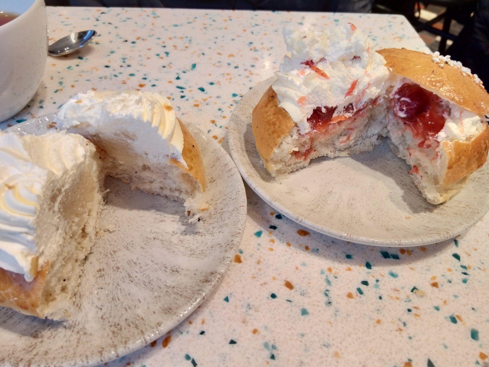 甘いパンに生クリームとアーモンドペーストやジャムがたくさん挟み込まれている