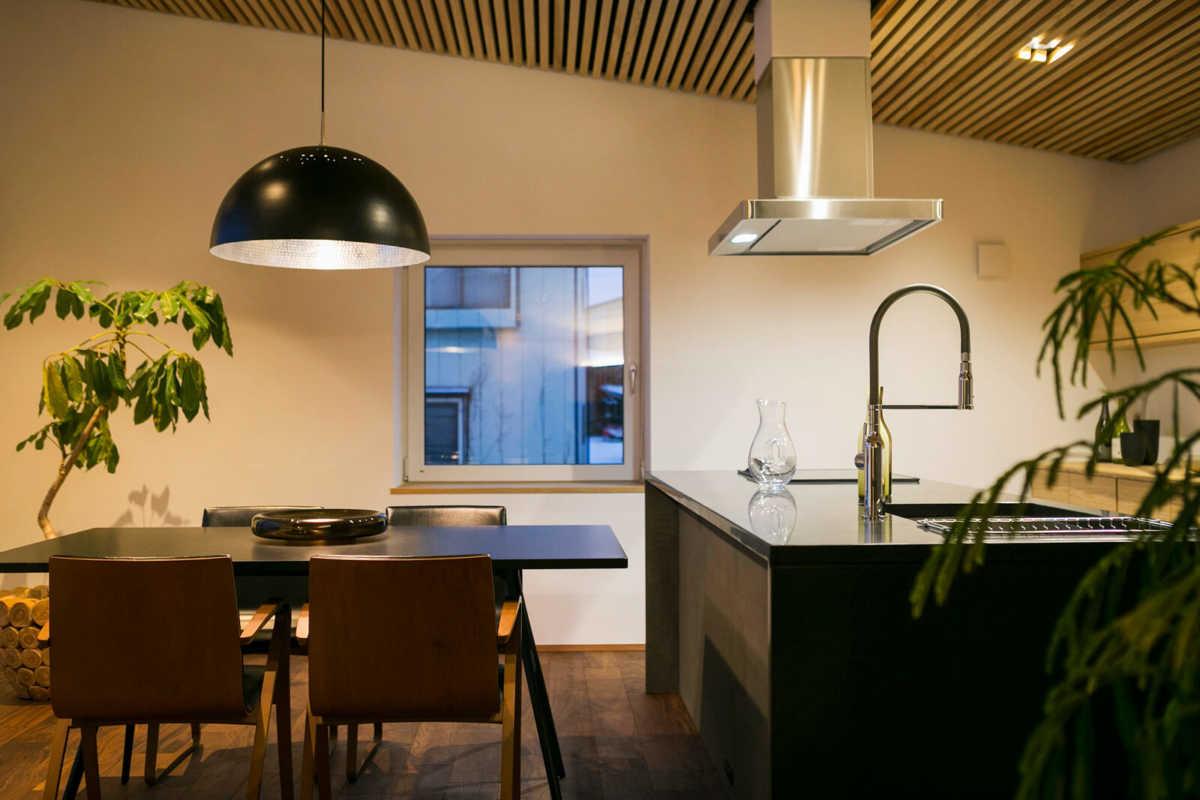 ボリューム感を持たせたシェードはテーブルの上をより明るく照らし、インテリアとしての存在感も大