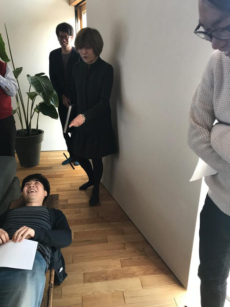寝転んで体験する札促社のスタッフ
