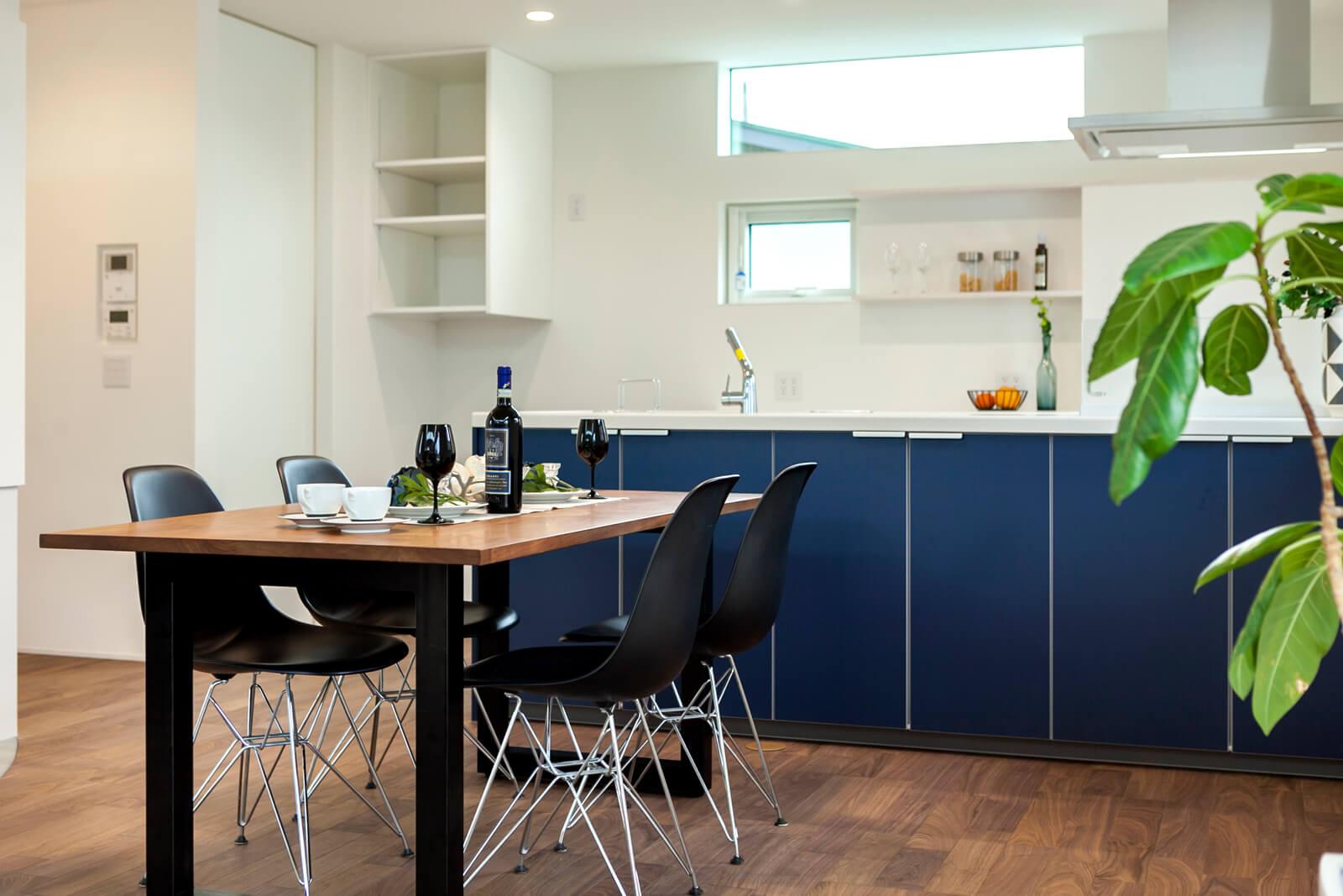 持ち込みの家具に合わせてピッタリ設計したキッチンは収納も十分