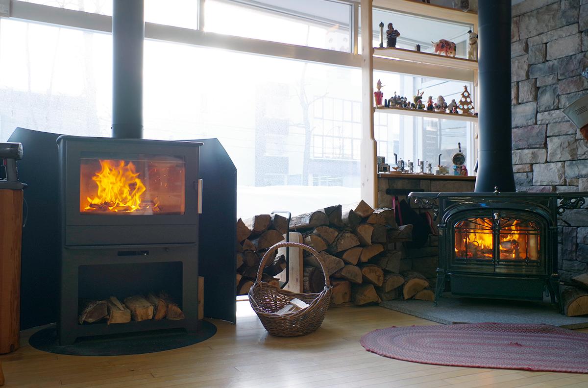 ショールームには実際に薪を燃やせるストーブが何台もあって、燃え方や使い方の違いを教えてもらえる。薪ストーブの本体価格は機種によって異なるが、煙突の施工費用はあまり変わらないそう