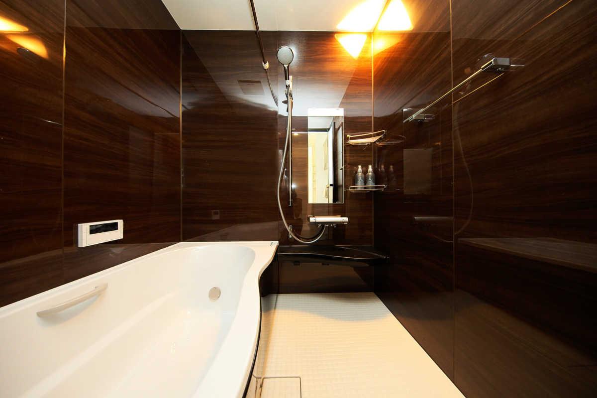 浴室はダークトーンにし、日常を過ごす空間とは一味違う雰囲気に