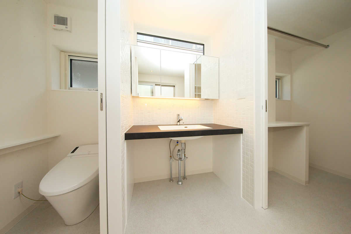 1階主寝室に隣接してユーティリティを配置。動線が短いので朝の支度も便利