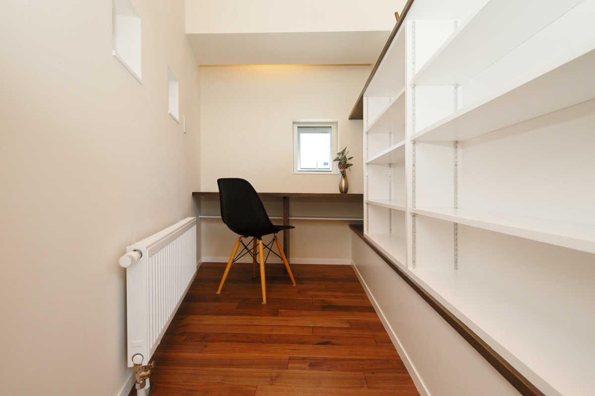 リビング横に設けられた、落ち着きを感じられるコンパクトなサイズの書斎スペース
