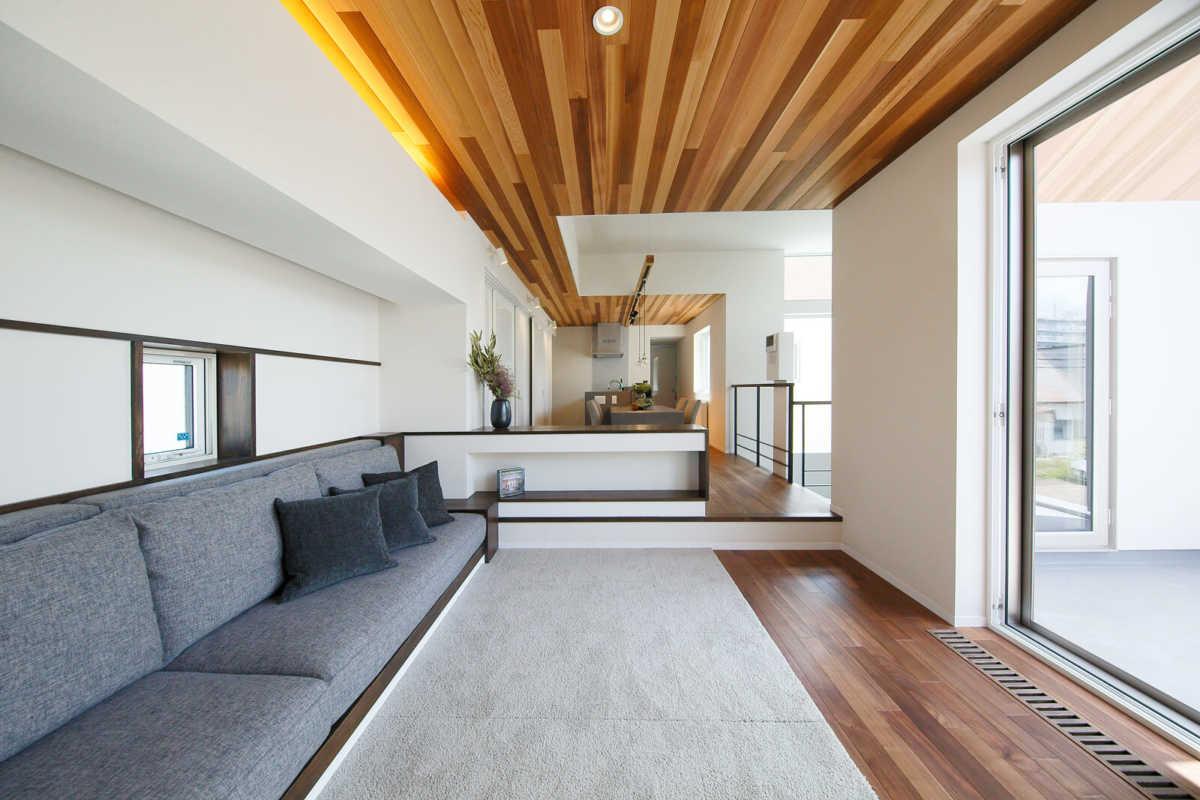 リビングとダイニング・キッチンがスキップフロアで並ぶ、開放感に満ちた大空間。奥側に子ども部屋は配されている
