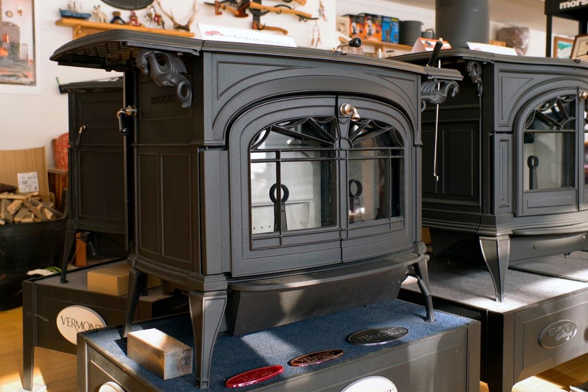 バーモントキャスティングの「アンコール」。独自の燃焼方式で、上手に使いこなせれば、薪をより長持ちさせて暖かさを長時間持続できる=薪を入れる回数が少なくて済むのが特徴
