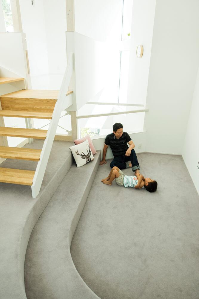 アールの形状のカーペット敷きの床