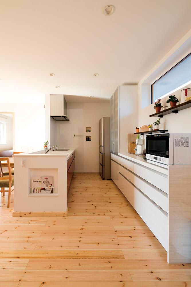 対面キッチンの側面に造作されたニッチ