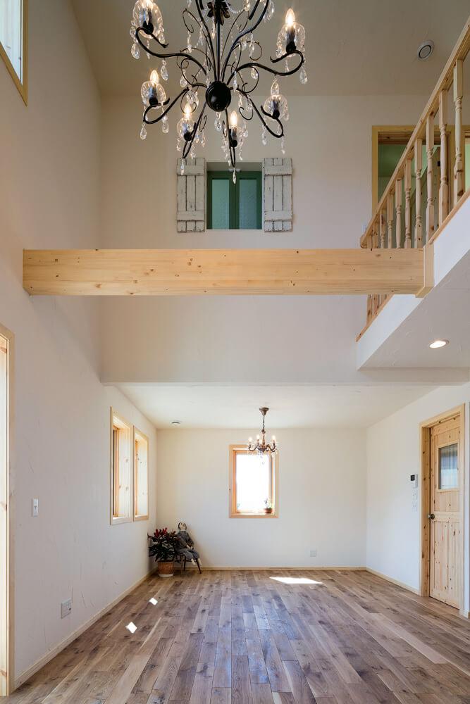 リビングの吹き抜けに面した子ども室の小窓は、開放的な空間のアクセントにもなっている