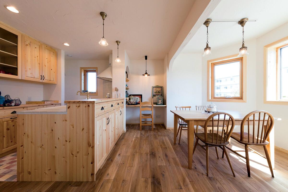 自然素材と手仕事の温かさを生かしたダイニング・キッチン。ダイニングの一角には造作の家事コーナーも