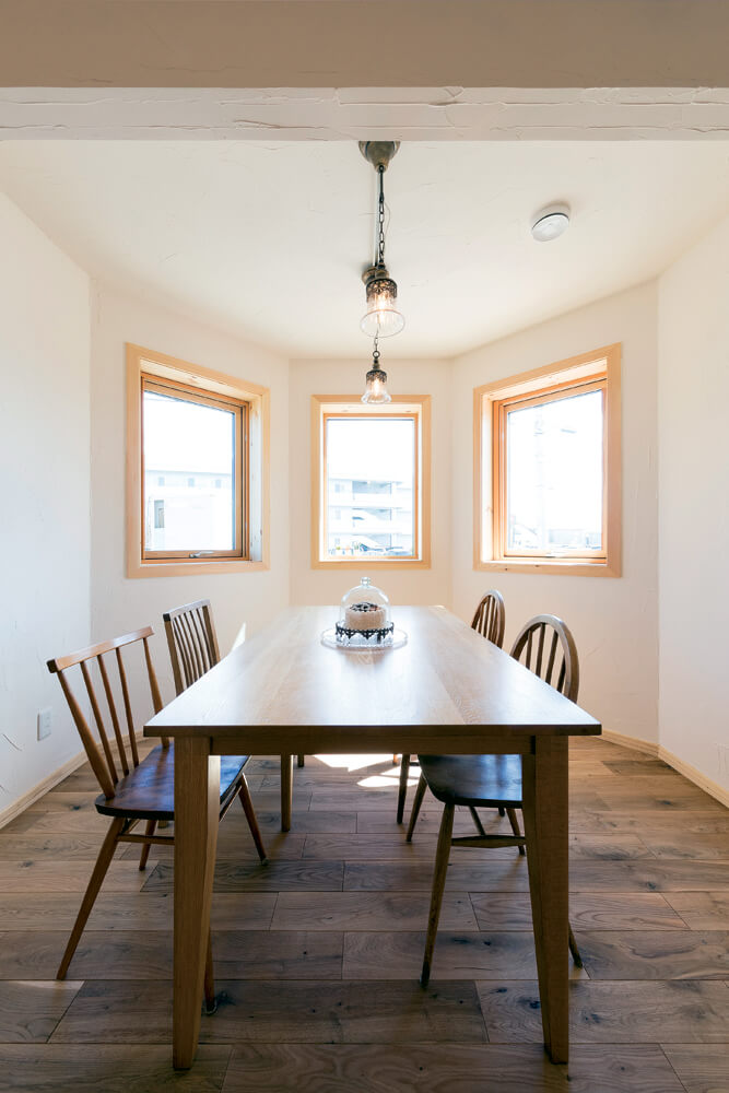 塔屋1階部分は、ダイニングスペース。外壁の形状に沿って3つ並んだ開口が、食卓に明るさと楽しさを届ける