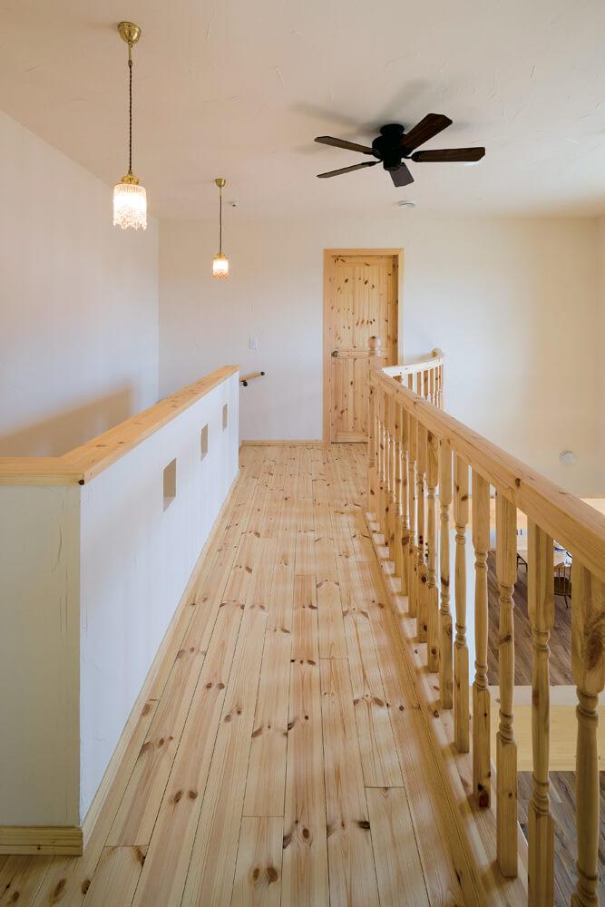 パイン材のぬくもりがあふれる2階階段ホール。正面扉奥が主寝室
