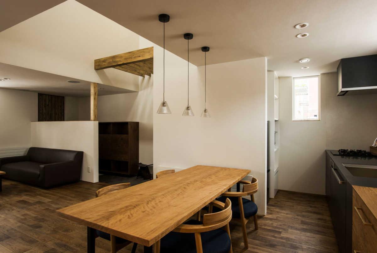 浮造りといわれる木目を生かした仕上げで木の味わいが伝わるダイニングテーブル。家事動線を考え、キッチンとの距離は短く