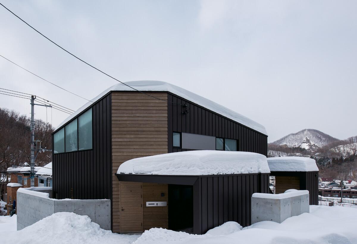 傾斜地を生かして建てられたUさん宅は、外観もシックで個性的