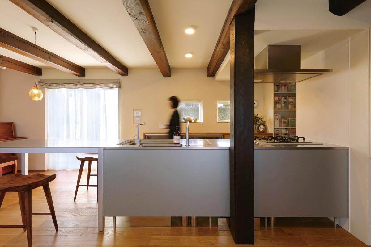 ダイニングテーブルと一体化したオールステンレスのキッチンはトーヨーキッチン社製。手入れがしやすく動線もスムーズ。デザインもさることながら「さくらんぼやキノコが洗いやすい」シンクの大きさも決め手のひとつに