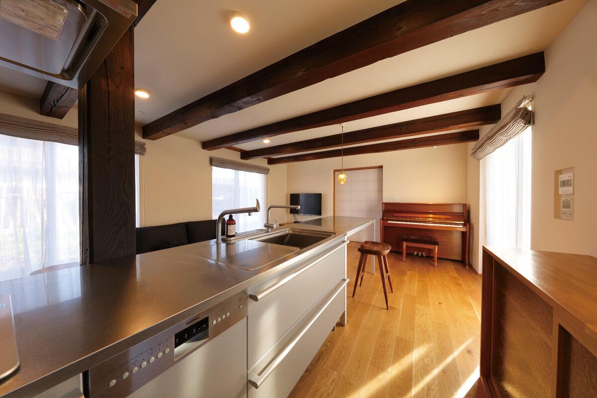 キッチンからは、リビングやダイニングを一望できる。LDKと玄関の仕切り戸は障子戸で、和の風情を演出