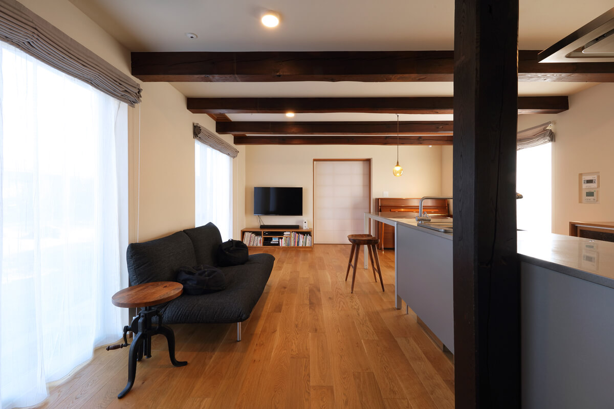 室内は断熱性能を高め、高性能なサッシによる大開口で明るさを確保