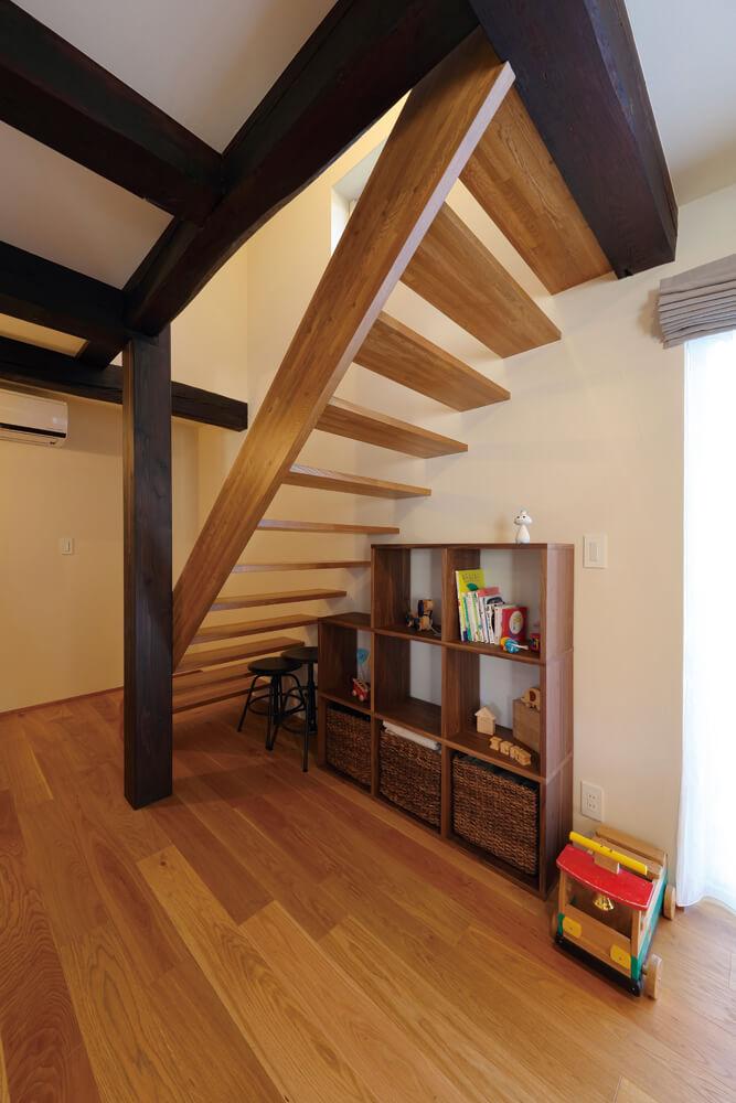 家の強度を保つことも、リノベーションでは大事な要素。梁や柱をなるべく切らないよう、階段は以前と同じ場所に設けた