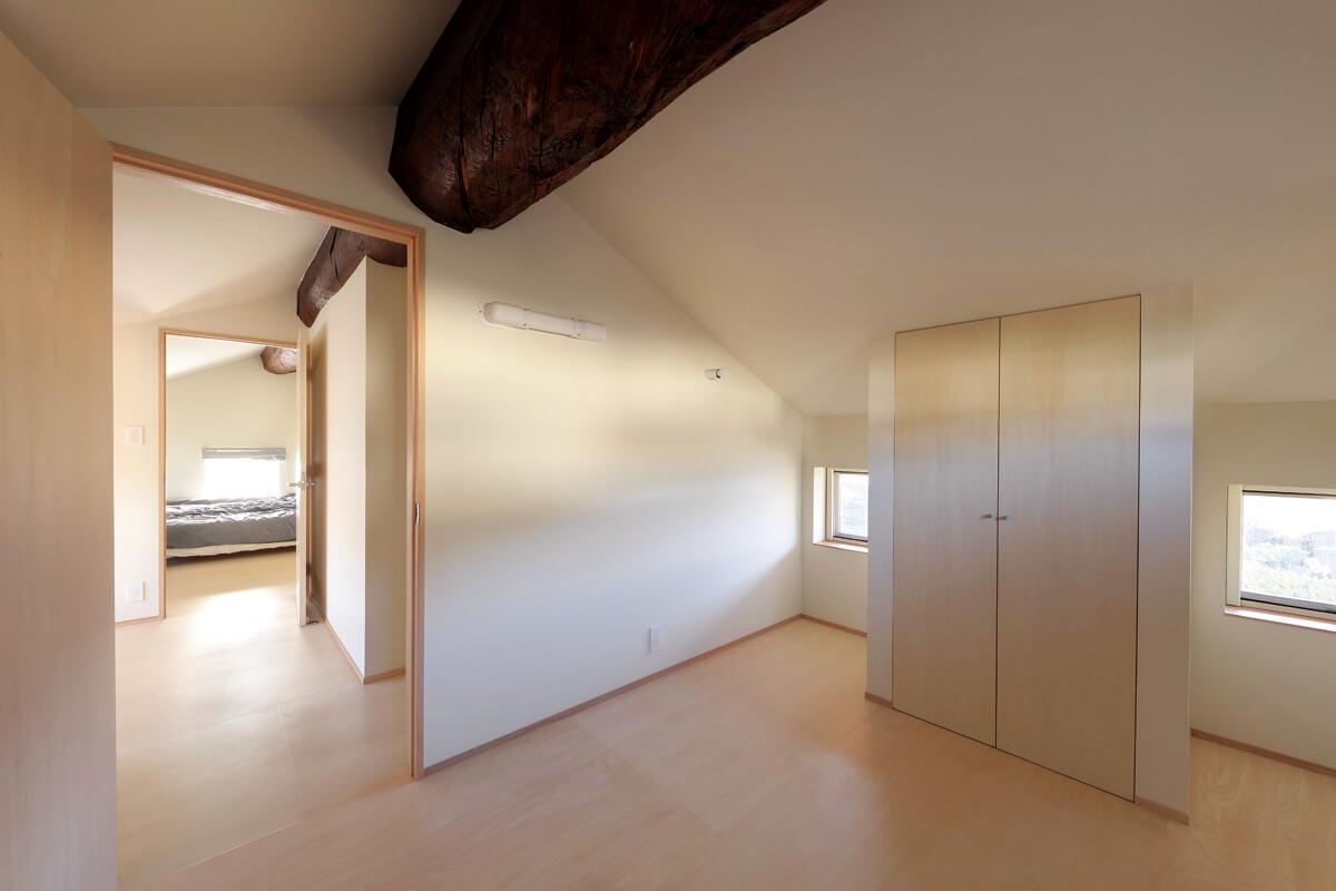 2階は、建物を貫く豪快な牛梁とすっきりとした明るい内装のコントラストが特徴的