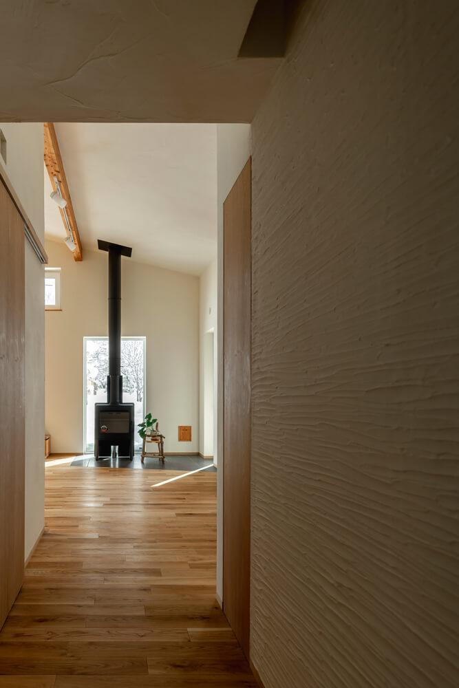 玄関から廊下、リビングまで一直線の抜け感が気持ち良い。天井の高さや廊下の幅も緻密に計算した