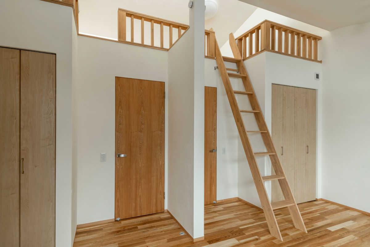 ロフト付きの子ども部屋は、将来2部屋に区切ることも可能。それぞれに収納も設け機能的
