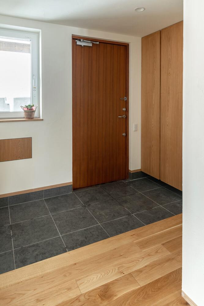 広々とした玄関土間には床から天井までの大型収納を造作し、常にすっきりと片付けられる
