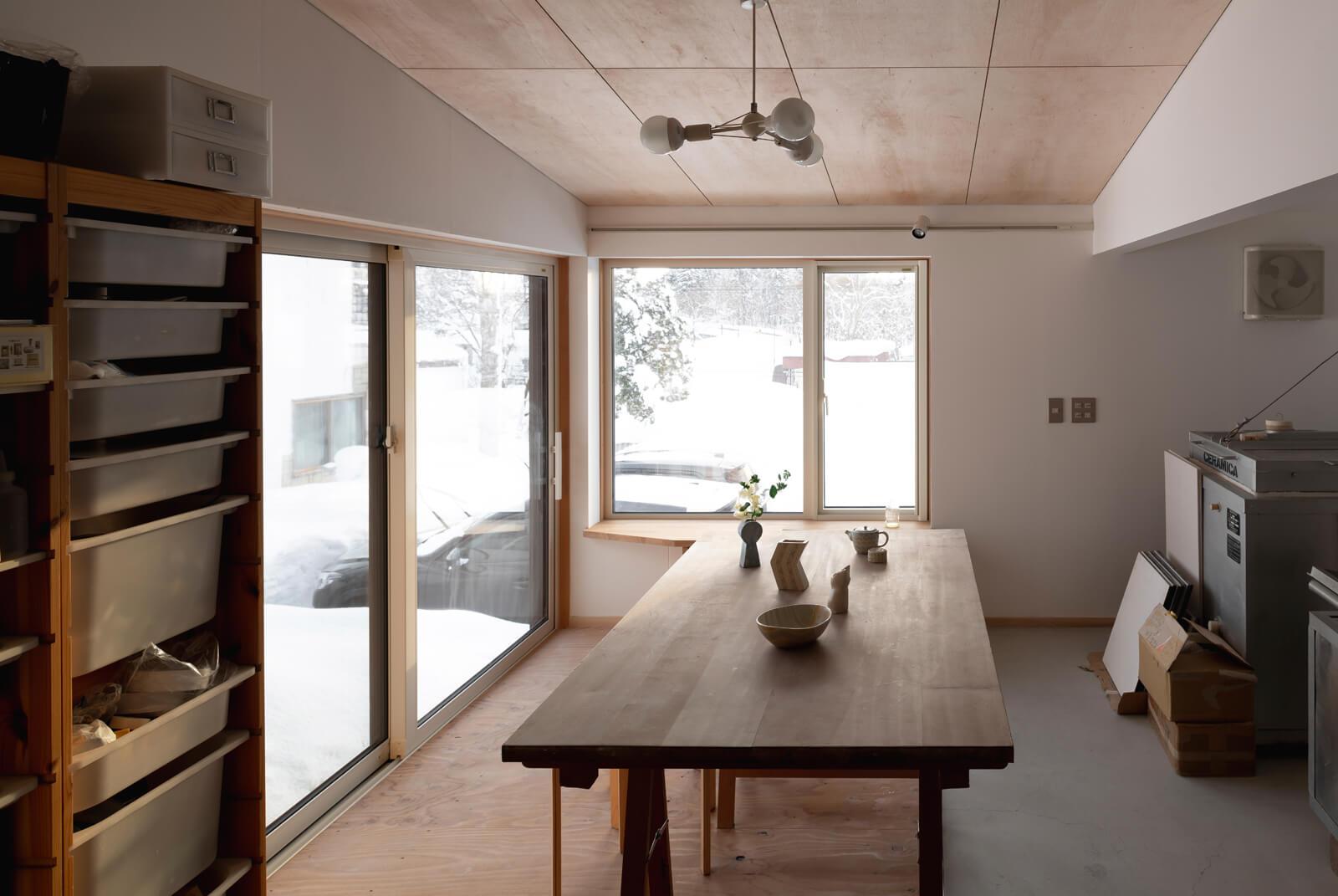 """玄関横にある奥さんの陶芸アトリエは、ラワンべニヤやカラマツの構造用合板、石膏ボートなどを採用。これからの創作活動で空間に""""らしさ""""が加えられるよう、あえてラフに仕上げた"""