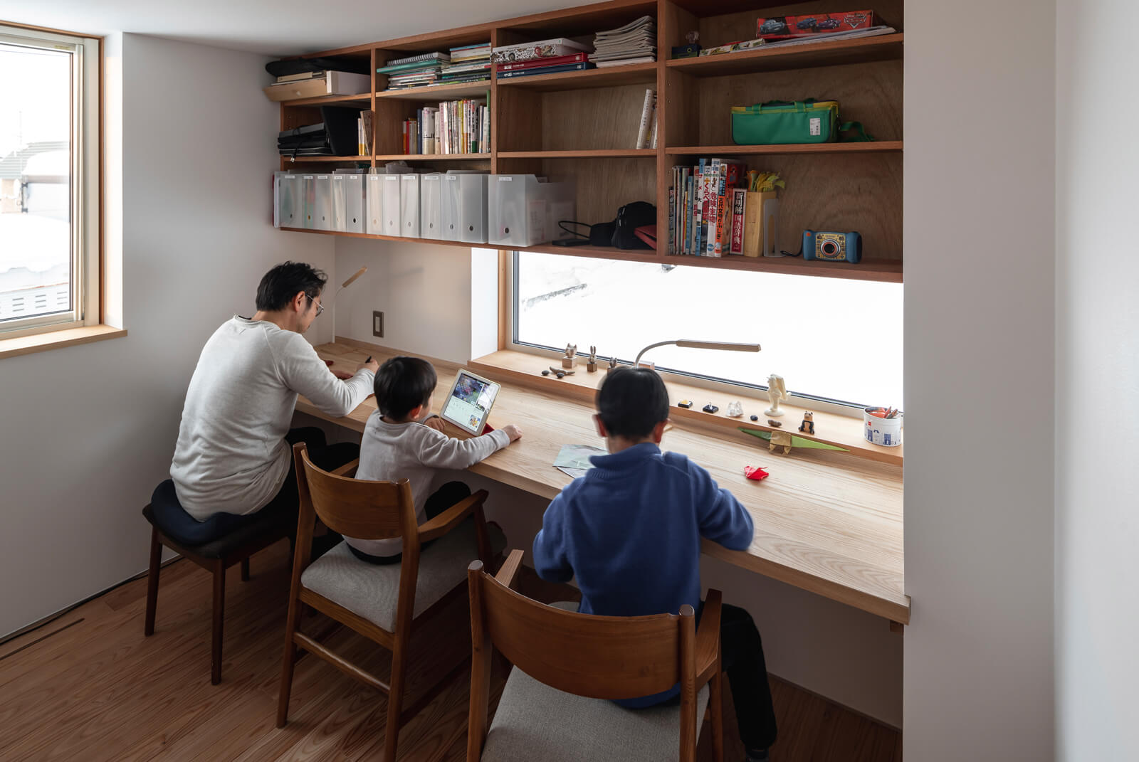 外の景色を眺めながらイラストの制作や読書ができる2階の書斎は、Oさんのお気に入り。デスクや棚は造作仕様。「仕事をしている時も、こんな風に子どもたちと一緒に過ごせるのが理想だったんです」(Oさん)