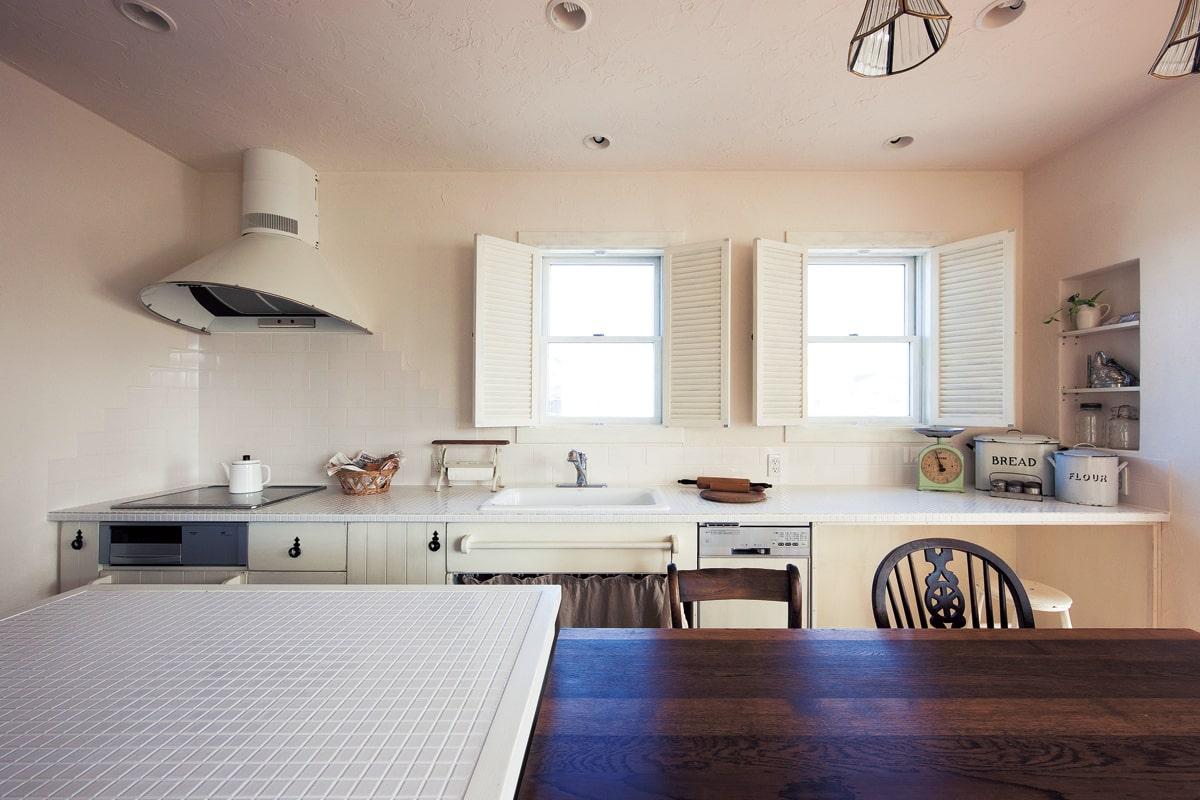 フレンチスタイルでまとめた可愛らしいキッチン。デザインだけでなく使い勝手やメンテナンスにまで配慮した