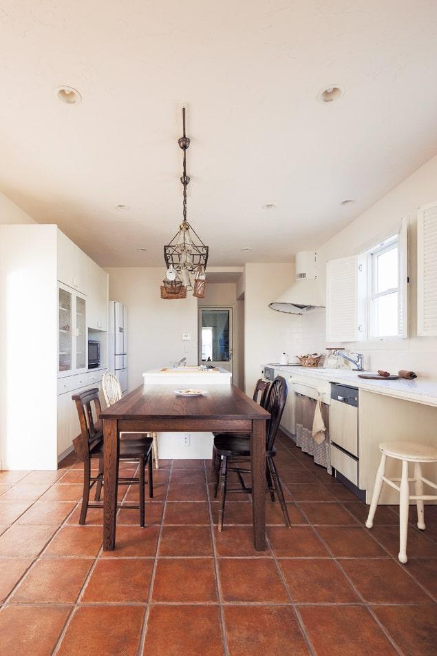 ダイニング・キッチンの奥には野菜などの貯蔵や備品のストックができる食品庫を準備し、居住空間と遮断している