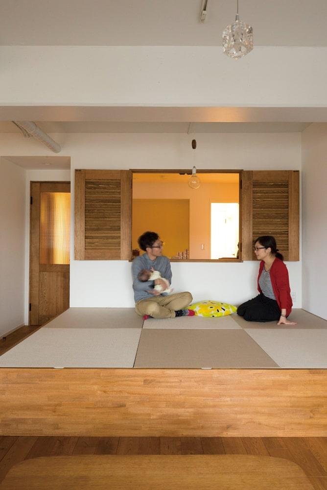 木製の内窓の向こう側は寝室。窓を開いておくことで、お互いをいつも近くに感じられる。畳の下は収納になっており便利