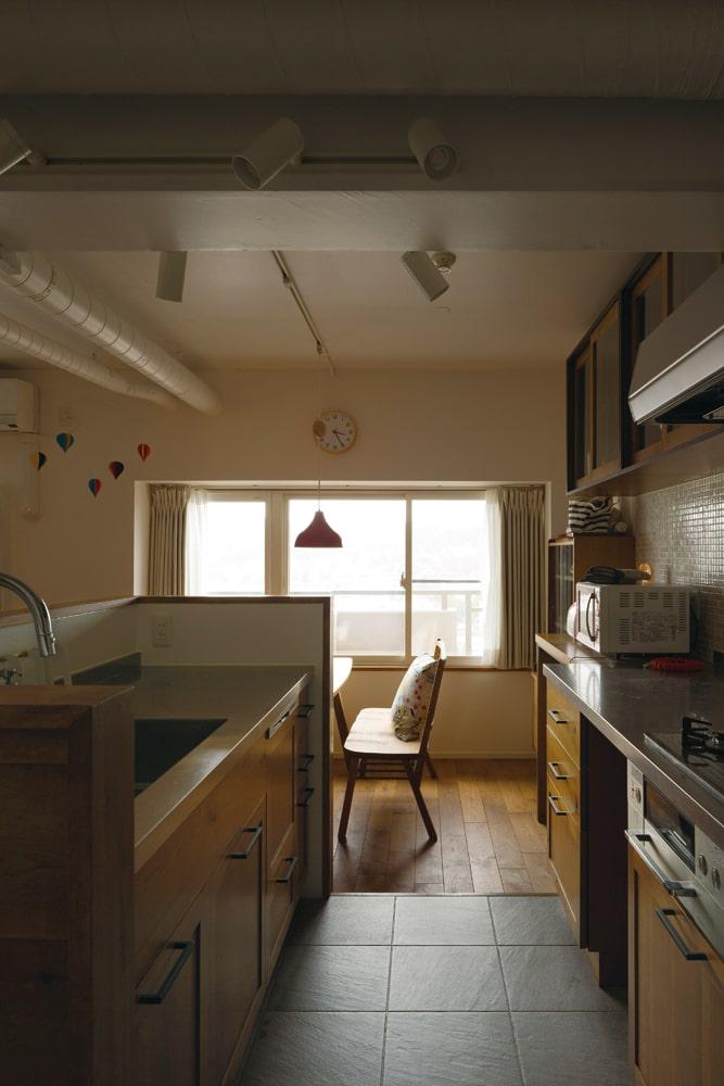 タイルの床、ガラストップのガスコンロなど、キッチンは手入れのしやすさを重視