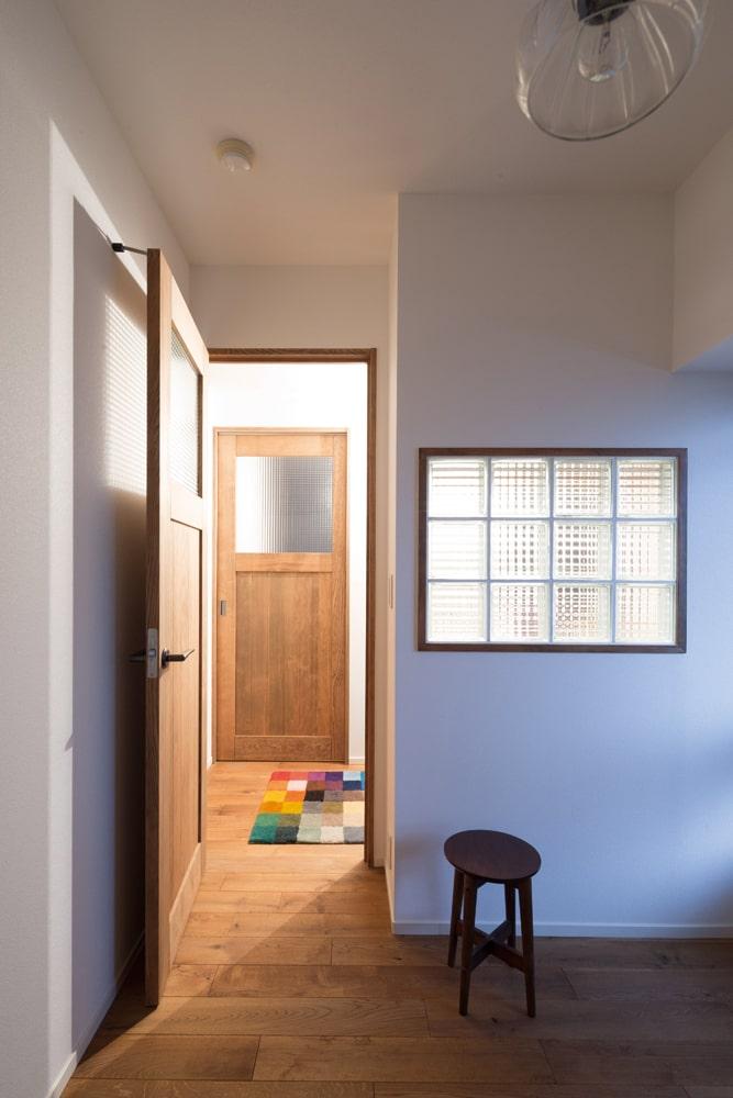 ガラスブロックが印象的なゲストルーム。将来はお子さんの部屋として使用予定だ