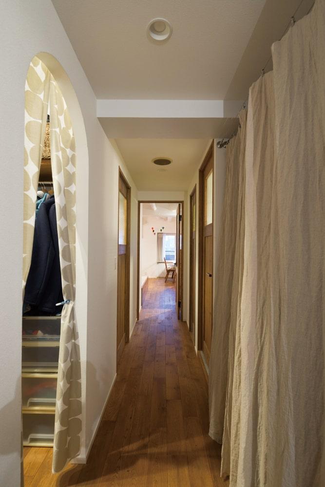 廊下の左右にも収納が豊富。左手のウォークインクローゼットは、寝室やゲストルームにも直結している