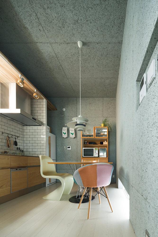 ダイニング・キッチンの壁と天井を木毛セメント板による現し