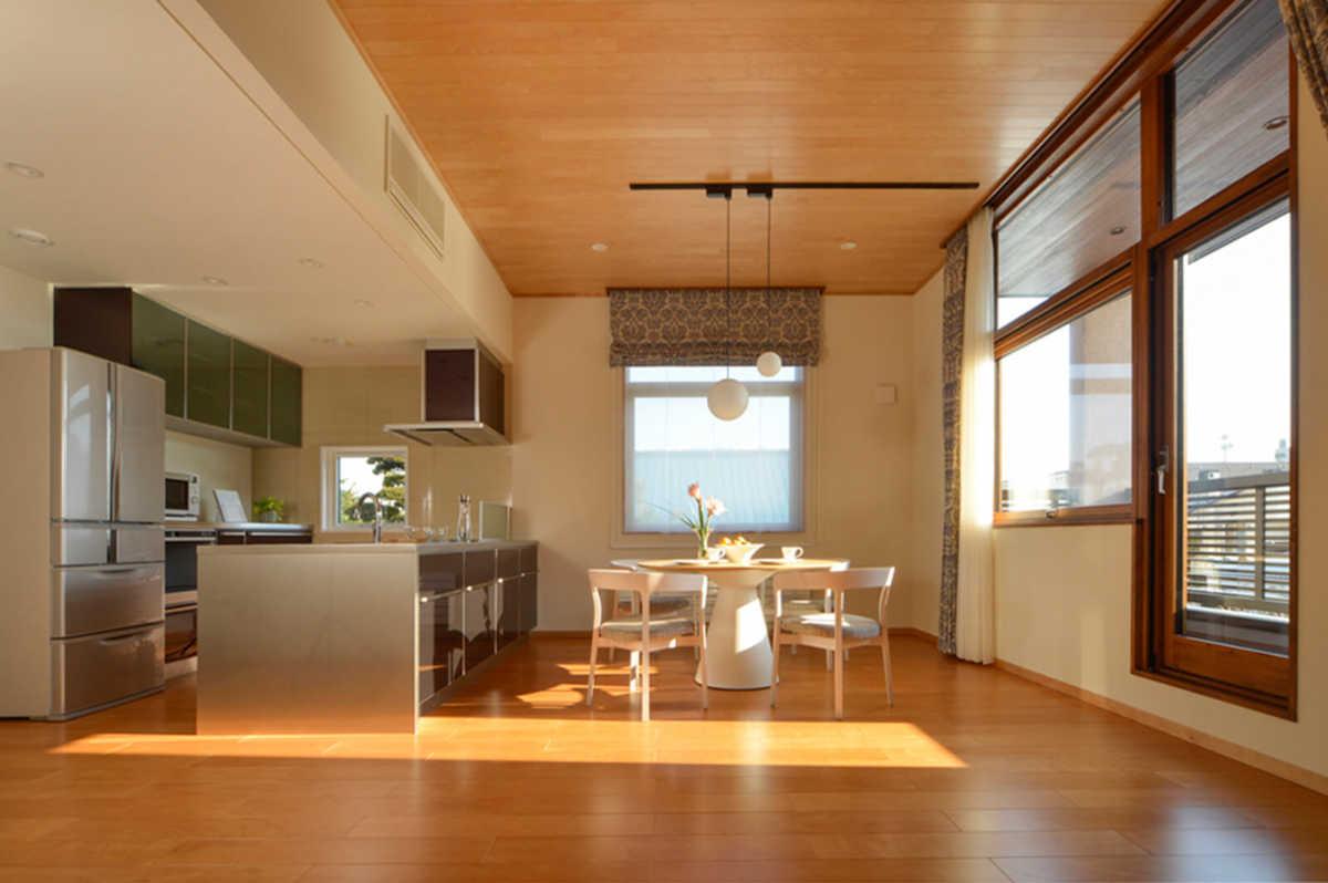 ハートランドホームだからこそ実現できる清々しいほどの天井、建具の高さ。開放感あふれるリビングに柔らかい光が注ぐ