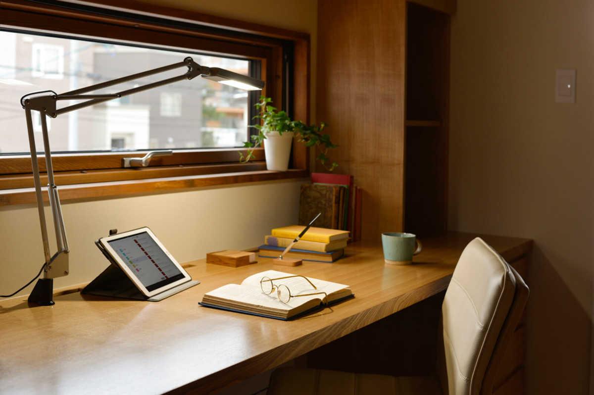 書斎は、寝室と2階ホールをつなぐ役割もしている