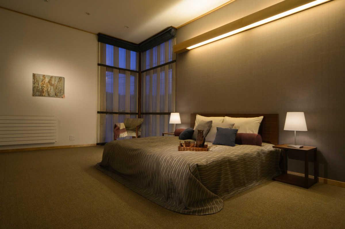 空間のゆとりと落ち着きのある寝室。夫婦2人暮らしを想定しているため、部屋数を減らし、1部屋を大きく設けている