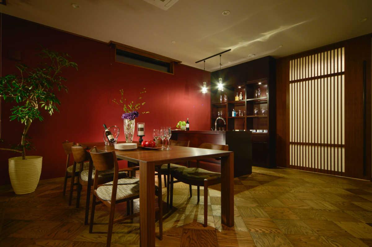 赤のクロスが特徴的な1階ゲストルームは、バーカウンターのある大人の空間。玄関ホール建具の縦格子が印象的