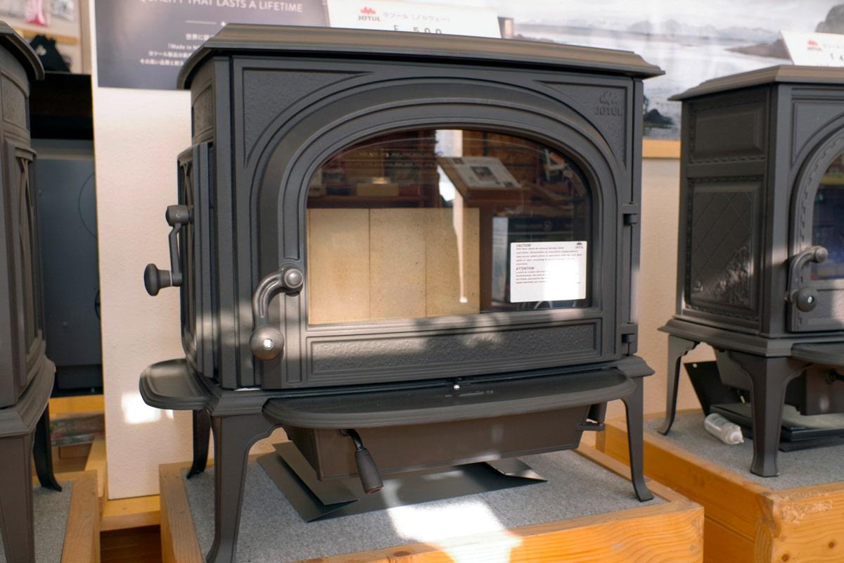 ヨツールの「F500」。「アンコール」と比べると燃焼方式がシンプル(炉内に取り込む空気の量を調節するだけ)で、扱いがより簡単