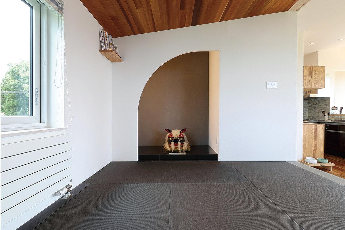 アールを用いてデザインされた床の間はシックな仕上がりに