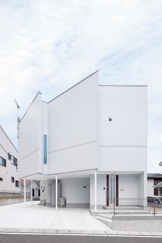 4面の壁によって構成されるという固定概念を取り払い、多角形のようにあえて斜めの壁によってつくられた外観。壁量的に必要な袖壁が意匠の一つとなっている