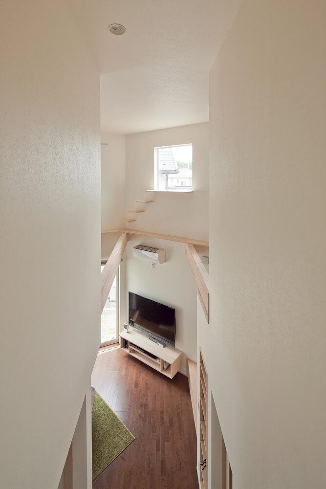 2階のホールからリビングを見下ろす