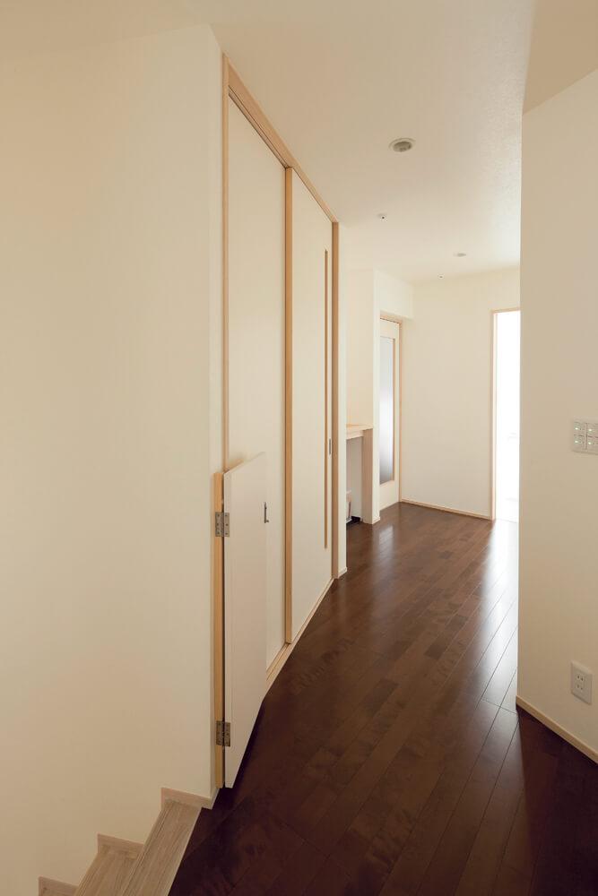 個室と水まわり、ユーティリティのある2階。ホールの壁の角度も一定ではなく、変化している
