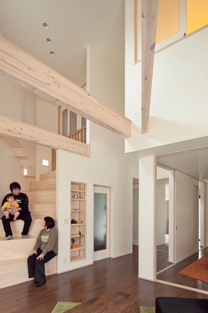 リビングから2階の洋室へとつながる階段状の棚。家族の写真を飾ったり愛猫の遊び場になったりと、暮らし方に応じて使い方も変化