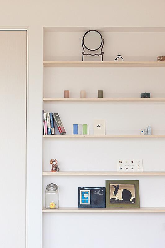 タタミコーナー横に設けた飾り棚。オープンな空間は雑多に見えがちだが、「ちいさな家」では隠すものと飾るものがオーナーのセンスによって決められ、そのメリハリで室内は常にすっきりとした状態をキープしている