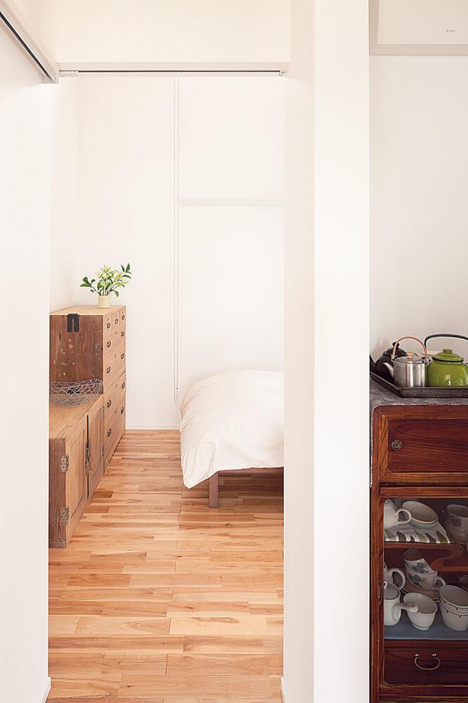 ダイニングと寝室の間にあるのはキッチン。単なる調理の場ではなく、パブリックとプライベートを緩やかに切り替える中立空間としても機能