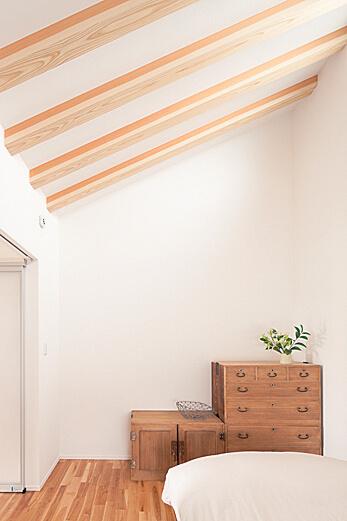 北側の寝室はLDKよりもさらに天井が高く、コンパクトながらも開放的な仕上がり