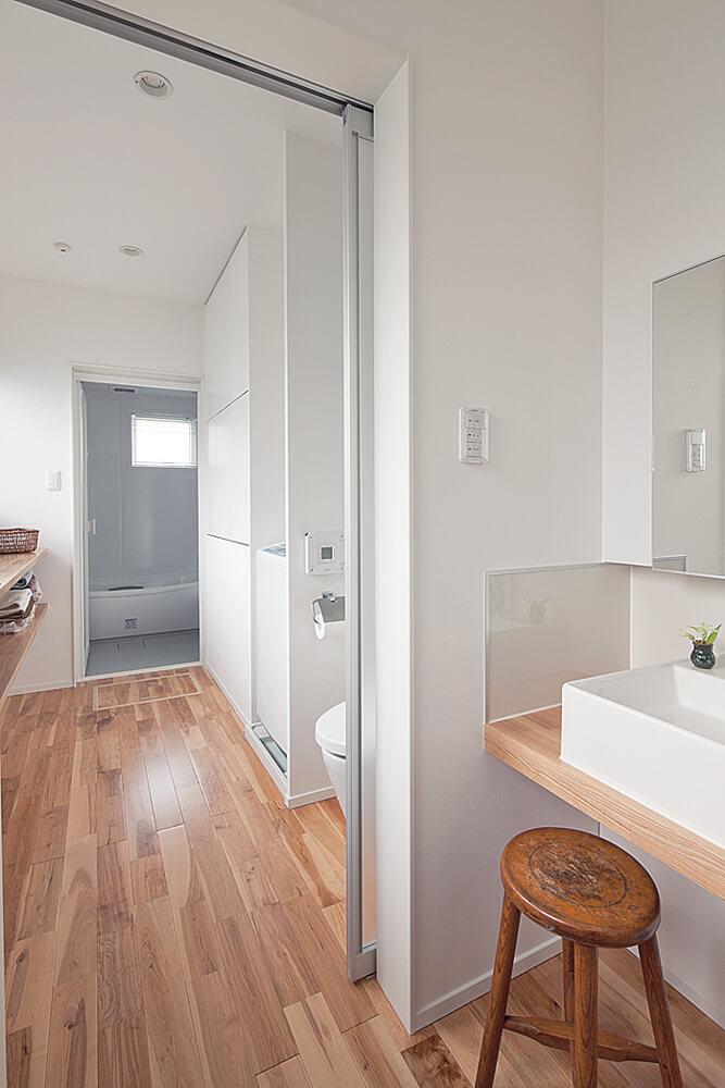 キッチンの横には小さな洗面所。その奥にはユーティリティと一室にしたトイレがある