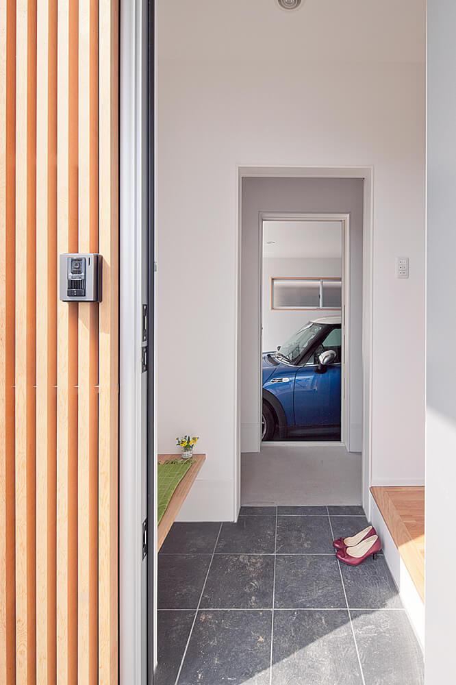 玄関の横には専用の収納を準備し、さらにその奥の車庫まで動線がつながる。合理的でムダのない計画